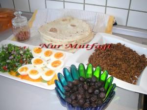 mayali sıkma, köy ekmegi ile kahvalti, kiymali, peynirli, patates salatali sikma